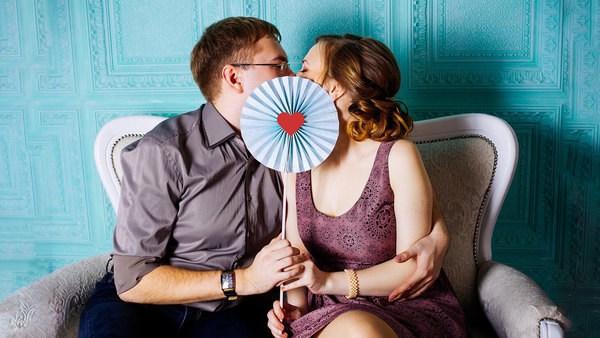 Singles lernen sich kennen und flirten