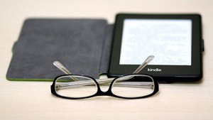Kindle eBook Reader mit Brille